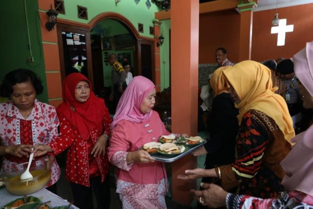 https: img-k.okeinfo.net content 2018 12 25 512 1995774 rukunnya-kampung-bangetayu-ibu-ibu-pengajian-masak-hidangan-natal-di-rumah-pendeta-JjeZxYAduf.jpg
