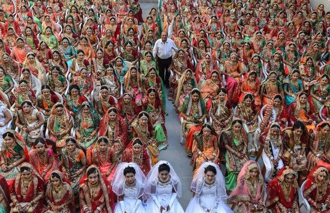https: img-k.okeinfo.net content 2018 12 28 320 1996958 pengusaha-berlian-asal-india-biayai-pernikahan-lebih-dari-3-000-wanita-yatim-24X25G7SLe.jpg