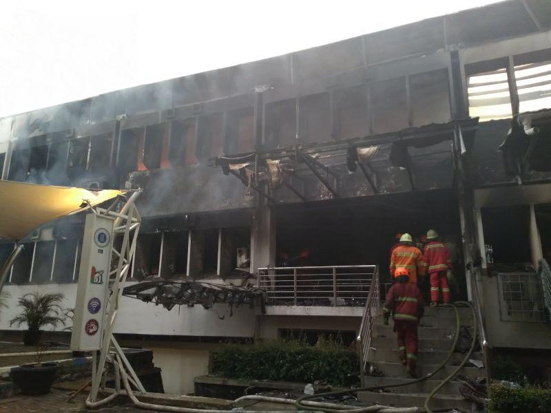 https: img-k.okeinfo.net content 2018 12 30 525 1997861 kampus-itb-terbakar-diduga-berasal-dari-ruangan-arsip-8gMU0Omv8Z.jpg