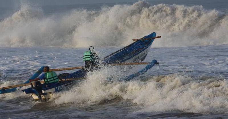 https: img-k.okeinfo.net content 2018 12 31 525 1998183 perahu-karam-3-nelayan-karawang-terombang-ambing-di-laut-bl8NVB33ca.jpg