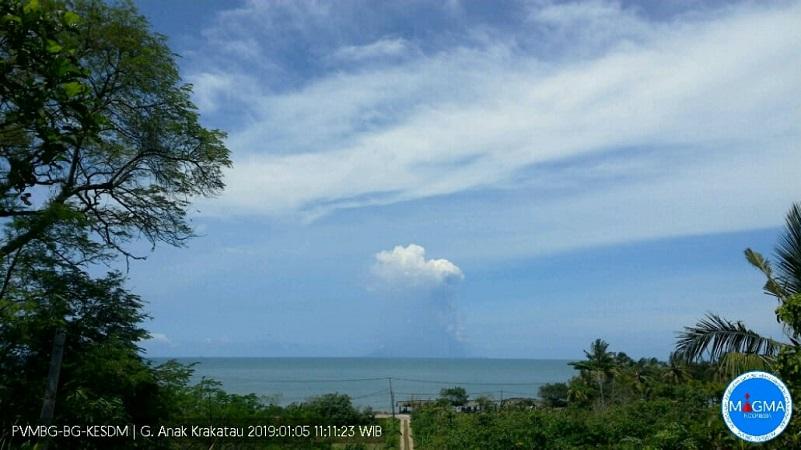 https: img-k.okeinfo.net content 2019 01 05 340 2000373 kembali-erupsi-gunung-anak-krakatau-semburkan-abu-hingga-1-500-meter-YdtzqHiKQW.jpg