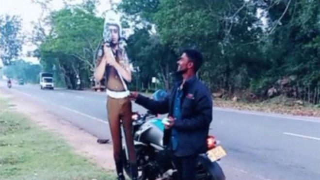 https: img-k.okeinfo.net content 2019 01 06 18 2000554 dua-orang-ditangkap-karena-menyogok-patung-kardus-polisi-1ghpfUAR4u.jpg