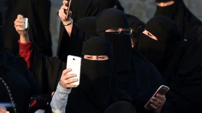 https: img-k.okeinfo.net content 2019 01 06 18 2000571 perempuan-arab-saudi-akan-mendapatkan-konfirmasi-perceraian-melalui-pesan-teks-82Y3A7P9hB.jpg