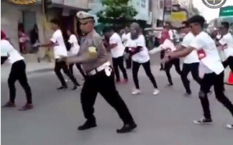 https: img-k.okeinfo.net content 2019 01 08 196 2001390 viral-polisi-joget-bantu-cari-dana-untuk-korban-tsunami-luwes-banget-PDUoAD9MUZ.jpg