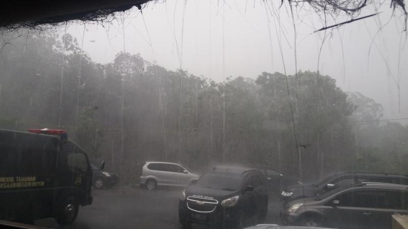 https: img-k.okeinfo.net content 2019 01 09 338 2001864 hati-hati-hujan-deras-di-jabodetabek-berlangsung-hingga-siang-ini-BDsGi4aPhC.jpg