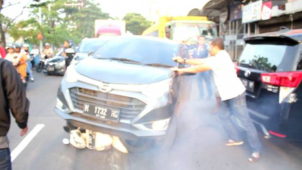 https: img-k.okeinfo.net content 2019 01 09 519 2001877 penangkapan-wisnu-wardhana-berlangsung-dramatis-tabrakkan-mobil-ke-motor-petugas-N7LvgzhJSg.jpg