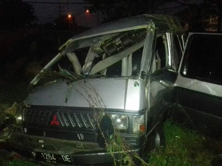 https: img-k.okeinfo.net content 2019 01 09 519 2001910 minibus-tabrakan-dengan-kereta-api-di-pasuruan-5-orang-tewas-BEy5B8QxDA.jpg