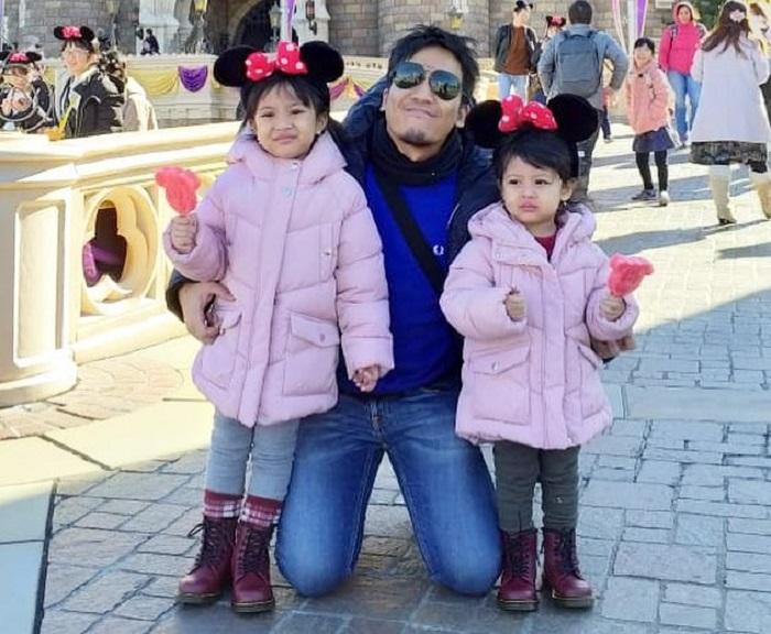 https: img-k.okeinfo.net content 2019 01 10 406 2002618 serunya-liburan-desta-bersama-dua-putrinya-ke-jepang-tanpa-ditemani-istri-byg7mmg4vn.jpg