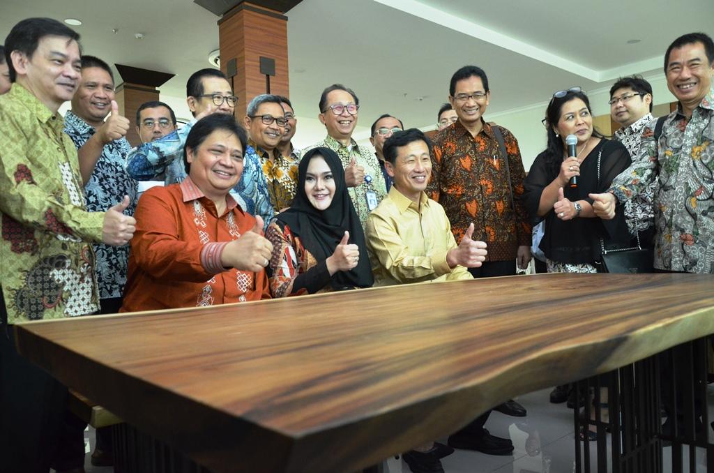 https: img-k.okeinfo.net content 2019 01 10 65 2002669 indonesia-singapura-resmikan-politeknik-industri-furnitur-dan-pengolahan-kayu-kendal-N9bs1VV9Ui.JPG