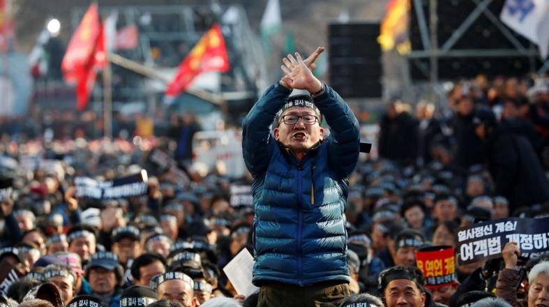 https: img-k.okeinfo.net content 2019 01 11 18 2002933 protes-taksi-online-di-korsel-dua-sopir-tewas-bakar-diri-qVh4GmSL95.jpg