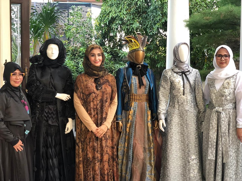 https: img-k.okeinfo.net content 2019 01 11 194 2003148 3-desainer-modest-indonesia-siap-unjuk-gigi-di-hongkong-fashion-week-fall-winter-2019-YGGQS3DhCD.jpeg