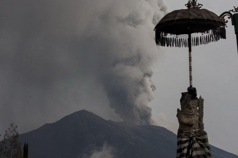https: img-k.okeinfo.net content 2019 01 11 244 2002932 aktivitas-gunung-agung-meningkat-abu-vulkanik-mengarah-ke-barat-laut-O2Z2sGfvBB.jpg