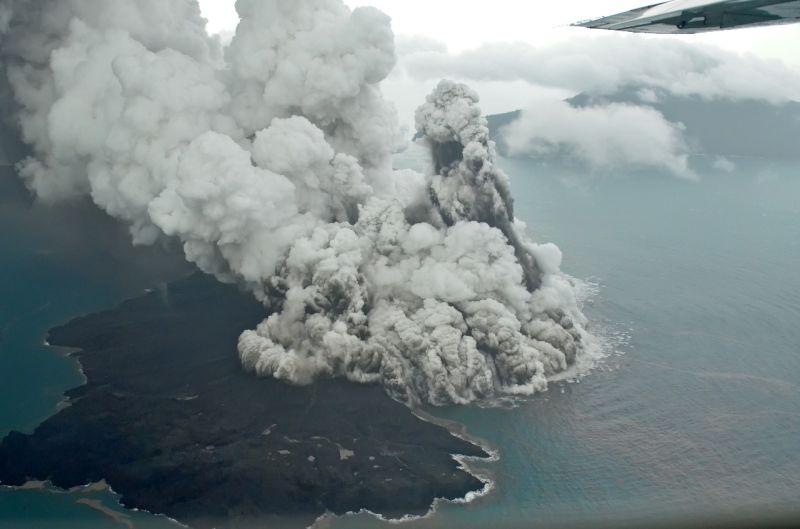 https: img-k.okeinfo.net content 2019 01 11 337 2002963 gunung-anak-krakatau-digoyang-40-kali-gempa-dilarang-mendekati-kawah-radius-5-km-ZGYqRAAJJN.jpg