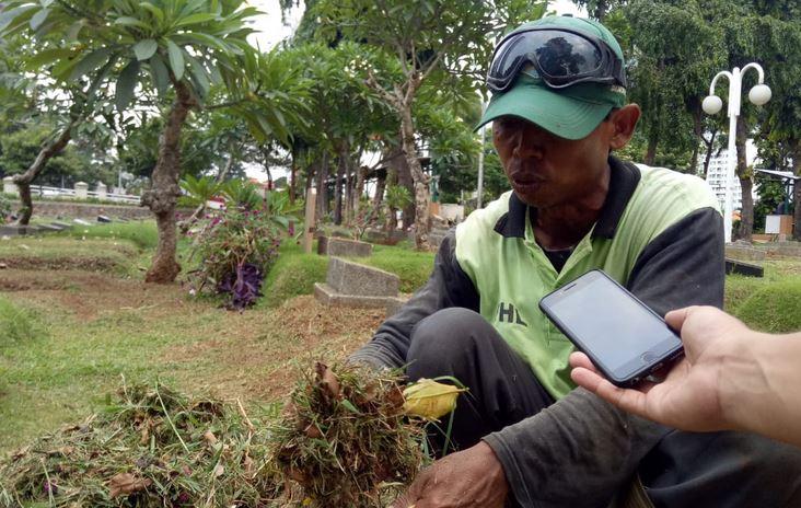 https: img-k.okeinfo.net content 2019 01 11 338 2003299 mengenal-sosok-wijaya-sang-perawat-makam-di-tpu-karet-bivak-EgpiexVwcS.JPG