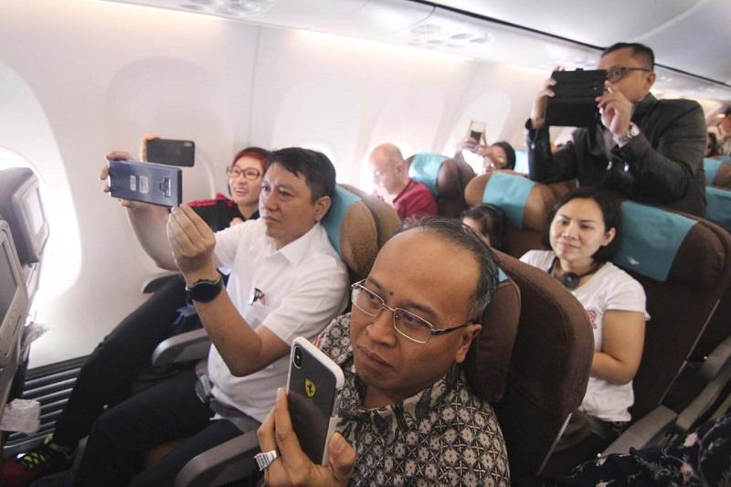 https: img-k.okeinfo.net content 2019 01 11 406 2003271 hadirkan-live-musik-di-pesawat-netizen-kritisi-garuda-indonesia-Cm5WiFw8r7.jpg