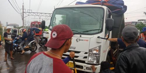 https: img-k.okeinfo.net content 2019 01 13 338 2003861 evakuasi-truk-anjlok-di-perlintasan-citayam-selesai-krl-kembali-melintas-uellJ836fG.jpg