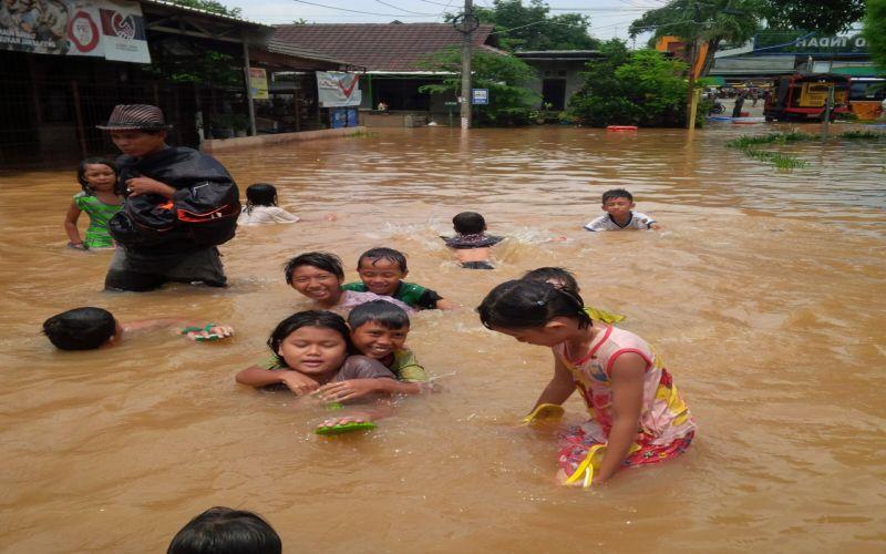 https: img-k.okeinfo.net content 2019 01 14 525 2004266 banjir-rendam-4-kecamatan-di-bandung-aEUUD9IFD5.jpg