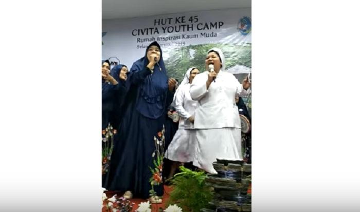 https: img-k.okeinfo.net content 2019 01 17 196 2005947 viral-video-kolaborasi-grup-kasidah-dan-suster-katolik-nyanyikan-jilbab-putih-netizen-adem-banget-5bTXRkLU0r.jpg