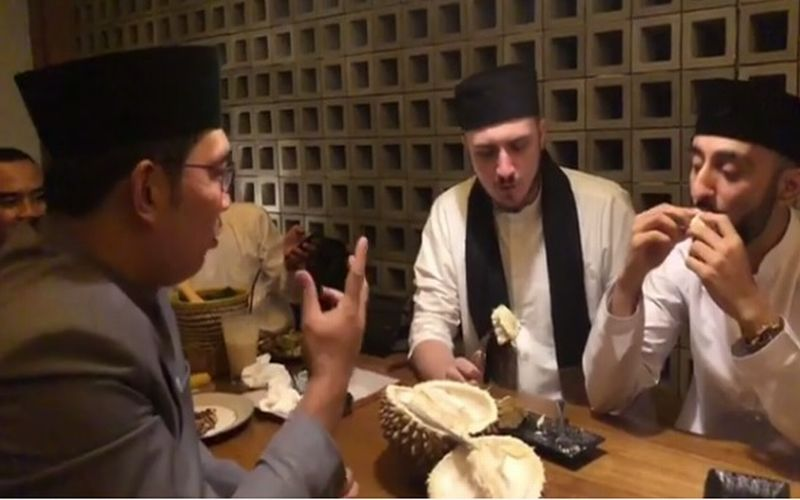 https: img-k.okeinfo.net content 2019 01 18 298 2006166 kulineran-fatih-seferagic-ditantang-ridwan-kamil-makan-durian-mukanya-langsung-merah-frqV8ZXs8p.jpg