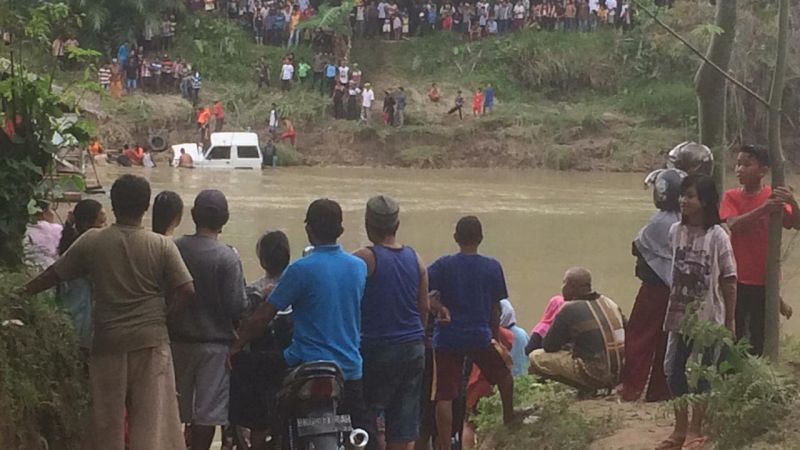 https: img-k.okeinfo.net content 2019 01 18 608 2006517 mobil-nyemplung-ke-sungai-5-orang-tewas-KhRSPTsE86.jpg