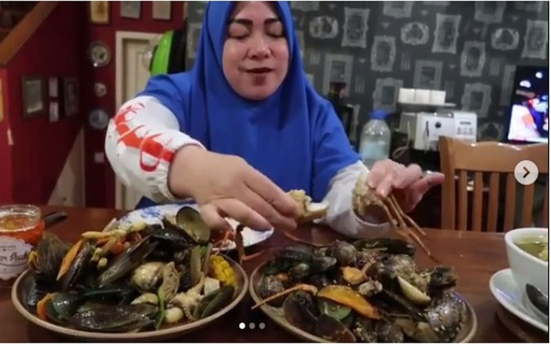 https: img-k.okeinfo.net content 2019 01 22 298 2007942 melly-goeslaw-mukbang-seafood-kiloan-netizen-auto-nelen-ludah-5QoFuF9hIH.jpg