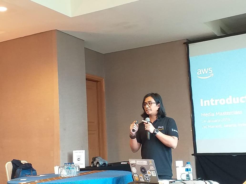 https: img-k.okeinfo.net content 2019 01 24 207 2008875 aws-tawarkan-solusi-cloud-berbasis-ai-machine-learning-dan-iot-owJAnV8moH.jpeg