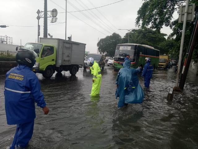 https: img-k.okeinfo.net content 2019 01 25 338 2009210 hujan-deras-ruas-jalan-di-pancoran-dan-daan-mogot-tergenang-37P5WzgWI8.jpg