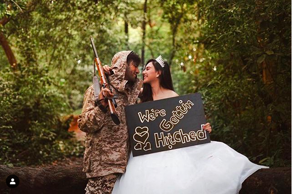 https: img-k.okeinfo.net content 2019 01 25 406 2009195 berburu-di-tengah-hutan-inikah-foto-pre-wedding-ammar-zoni-irish-bella-notRMG9j5m.png