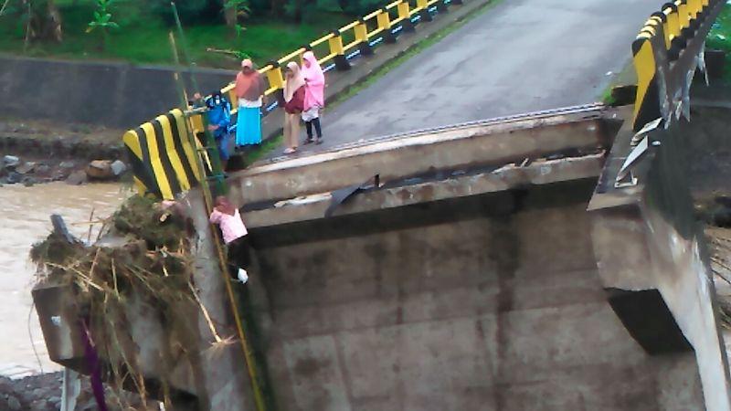 https: img-k.okeinfo.net content 2019 01 25 609 2009537 perjuangan-anak-sekolah-sebrangi-jembatan-putus-akibat-air-bah-WkcW7e3huY.jpg
