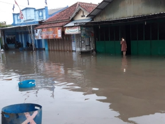 https: img-k.okeinfo.net content 2019 01 27 512 2009945 215-warga-pekalongan-mengungsi-imbas-2-sungai-meluap-2b3BtwiOMy.jpg