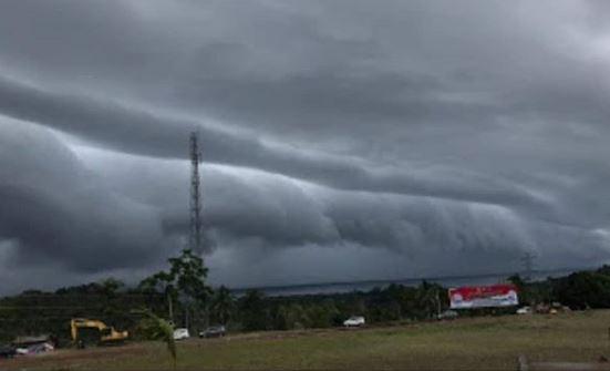https: img-k.okeinfo.net content 2019 01 29 609 2010825 lagi-awan-berbentuk-gelombang-laut-hebohkan-warga-sulsel-CZK71UcSAO.JPG