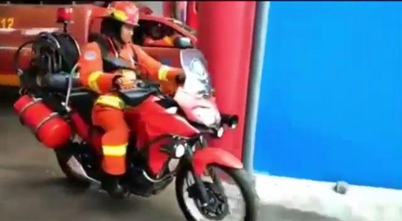 https: img-k.okeinfo.net content 2019 01 30 15 2011584 kawasaki-versys-x250-jadi-kendaraan-pemadam-kebakaran-RS3kTZGL91.jpg