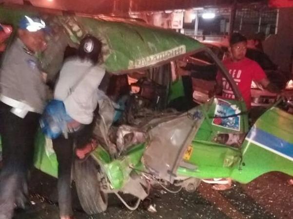 https: img-k.okeinfo.net content 2019 02 04 338 2013761 angkot-tabrakan-dengan-truk-di-bogor-dua-penumpang-tewas-rVX4J8mAmI.jpg