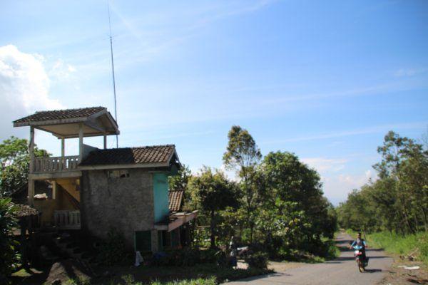https: img-k.okeinfo.net content 2019 02 04 510 2013464 warga-swadaya-membuat-gardu-pandang-untuk-pantau-aktivitas-gunung-merapi-50RqVg7MZI.jpg