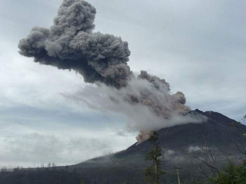 https: img-k.okeinfo.net content 2019 02 04 608 2013455 berstatus-awas-gunung-sinabung-gempa-5-kali-hingga-asap-setinggi-200-m-iLbotniwum.jpg
