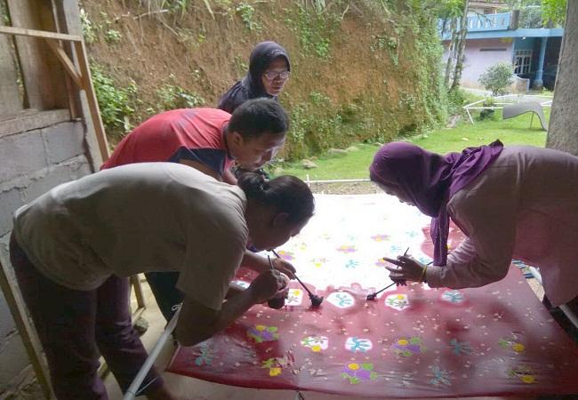 https: img-k.okeinfo.net content 2019 02 06 512 2014489 kaum-disabilitas-diberdayakan-membuat-batik-ciprat-MmMNyR9eBV.jpg