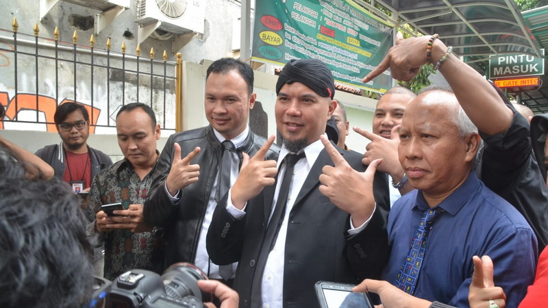 https: img-k.okeinfo.net content 2019 02 06 519 2014416 pengacara-klaim-ahmad-dhani-batal-dipindah-ke-rutan-medaeng-mpOU1aGbMp.jpg