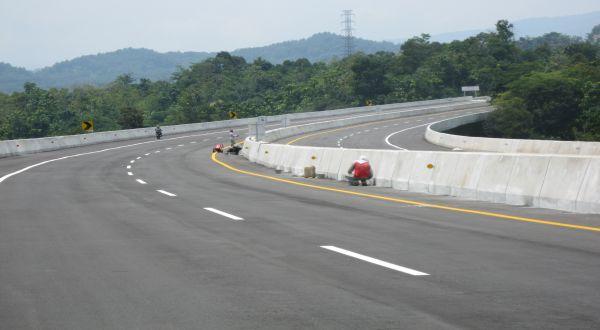 https: img-k.okeinfo.net content 2019 02 07 320 2014830 bank-mandiri-salurkan-rp15-9-triliun-untuk-pembangunan-jalan-tol-RzDddyTboa.jpg