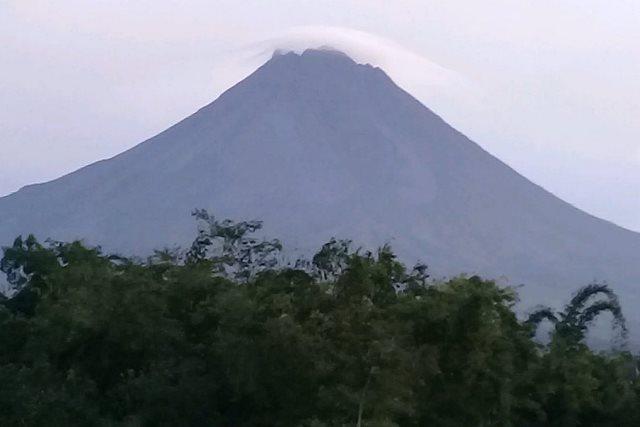 https: img-k.okeinfo.net content 2019 02 07 512 2015079 gunung-merapi-keluarkan-awan-panas-yang-mengarah-ke-kali-gendol-Wu15qgqYhO.jpg