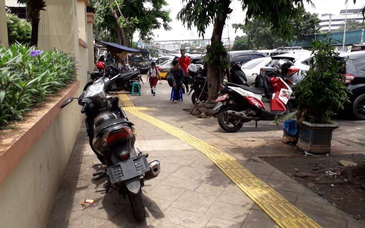 https: img-k.okeinfo.net content 2019 02 08 338 2015528 koalisi-pejalan-kaki-aturan-mana-yang-bolehkan-kendaraan-parkir-di-trotoar-5DRJClafPI.JPG