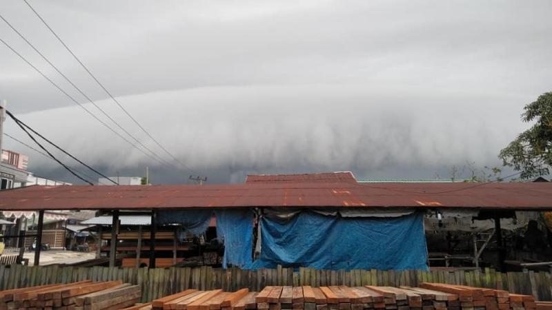 https: img-k.okeinfo.net content 2019 02 09 340 2015796 heboh-awan-hitam-berbentuk-gelombang-tsunami-selimuti-langit-pangkalan-bun-NDru5MneXh.jpg