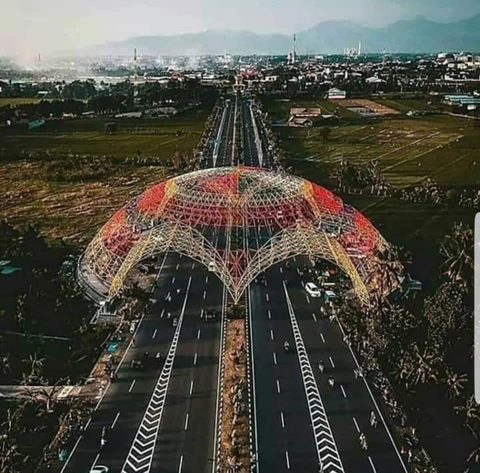 https: img-k.okeinfo.net content 2019 02 10 406 2015964 mengintip-kemegahan-gerbang-tembolaq-ikon-baru-kota-mataram-yang-instagramable-ARPIQt6g69.jpg