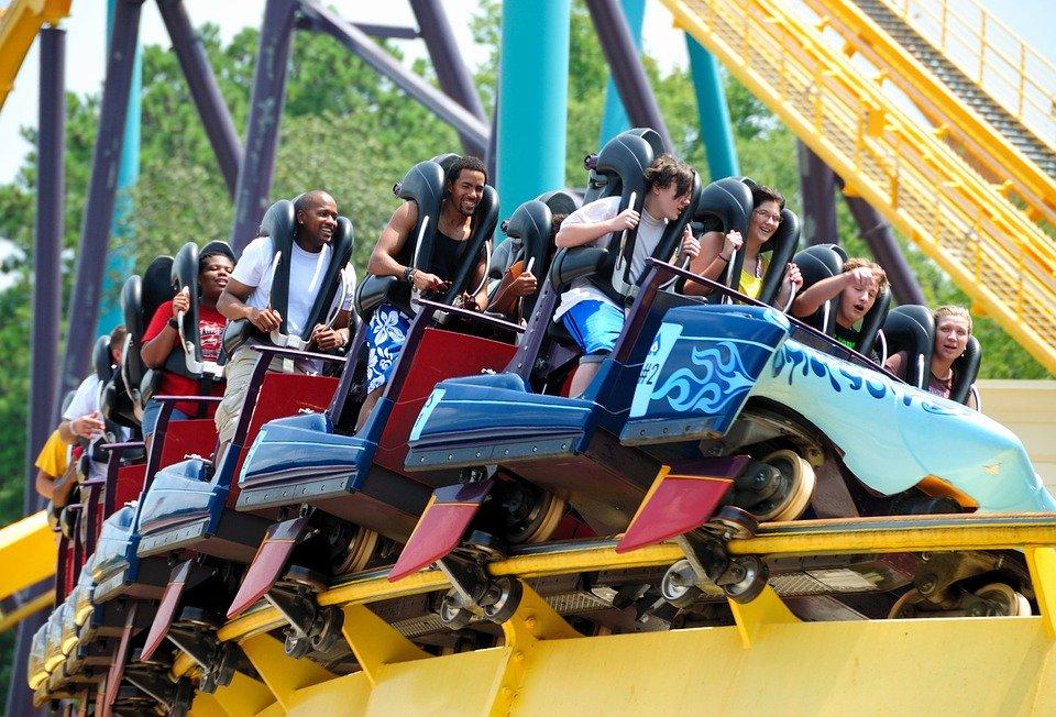 https: img-k.okeinfo.net content 2019 02 11 406 2016156 takut-ketinggian-pria-ini-putuskan-pacarnya-di-atas-roller-coaster-V6miFDnlLT.jpg