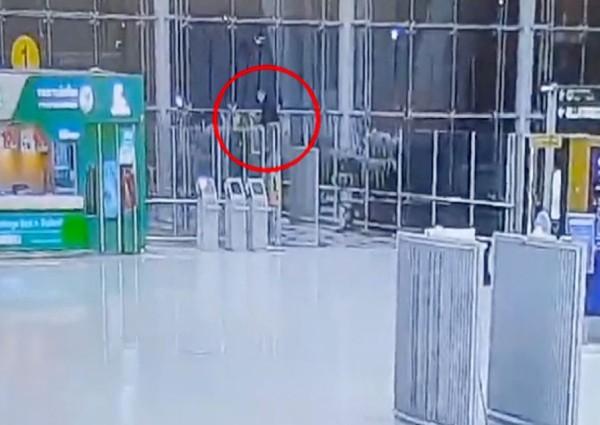 https: img-k.okeinfo.net content 2019 02 12 18 2016855 turis-rusia-tewas-melompat-dari-lantai-empat-bandara-internasional-thailand-MDMM7jxJnM.jpg