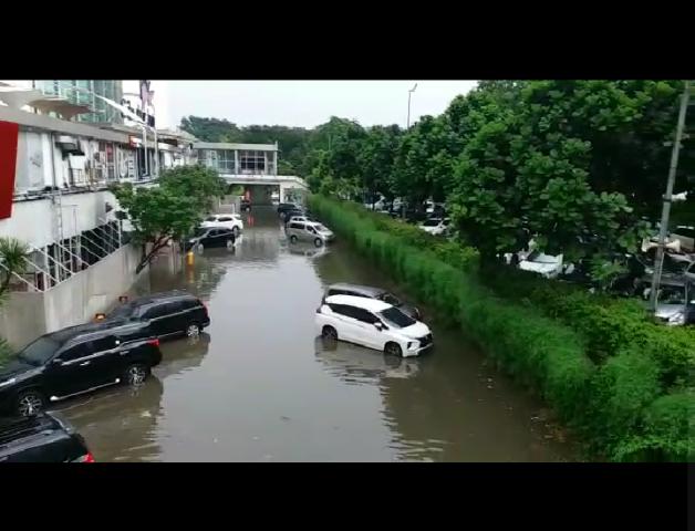 https: img-k.okeinfo.net content 2019 02 12 338 2016621 diguyur-hujan-parkiran-mal-cibubur-junction-tergenang-air-XKxHbBhjqf.png