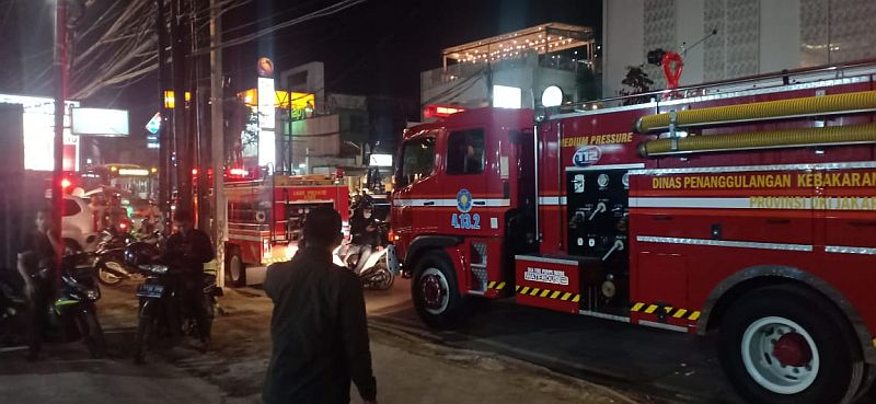 https: img-k.okeinfo.net content 2019 02 12 338 2017083 mobil-toyota-agya-terbakar-di-jalan-kemang-raya-ueFnlsNK5f.jpg