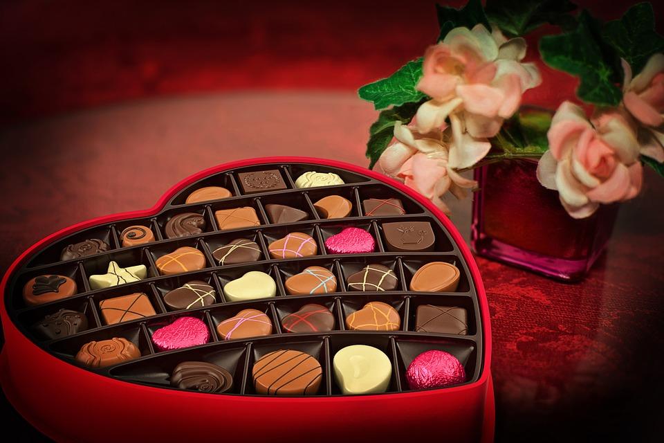 https: img-k.okeinfo.net content 2019 02 14 196 2017719 kenapa-hari-valentine-identik-dengan-memberikan-cokelat-ke-pasangan-P6ZGFXupTo.jpg