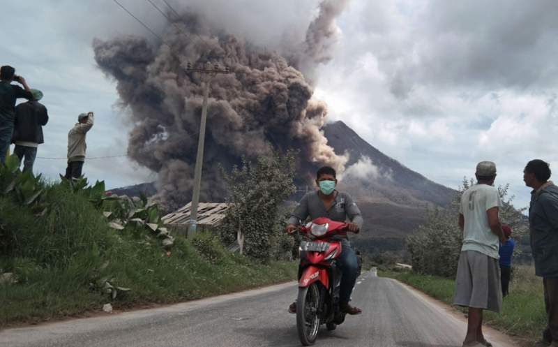 https: img-k.okeinfo.net content 2019 02 14 608 2017852 gunung-sinabung-erupsi-pvmbg-imbau-warga-jangan-aktivitas-di-radius-7-km-BoPvFdCLJr.jpg
