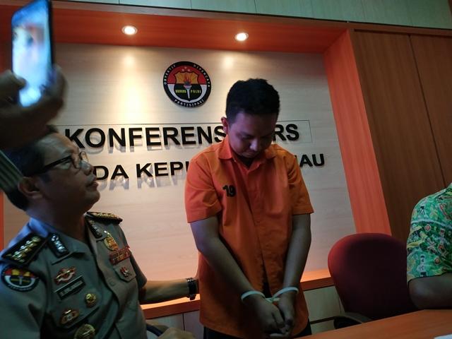 https: img-k.okeinfo.net content 2019 02 15 340 2018483 kendalikan-psk-dari-karawang-mucikari-prostitusi-online-ditangkap-U89OKIqYBe.jpg