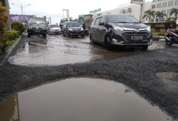 https: img-k.okeinfo.net content 2019 02 17 338 2019068 jalan-arteri-kalimalang-bekasi-rusak-parah-dipenuhi-lubang-seperti-kolam-l2tosmPsVo.JPG